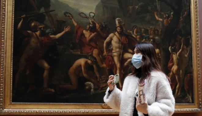 Τουρίστρια με μάσκα στο Λούβρο