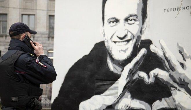 Ρωσία: Οι αρχές έσβησαν γκράφιτι του Ναβάλνι