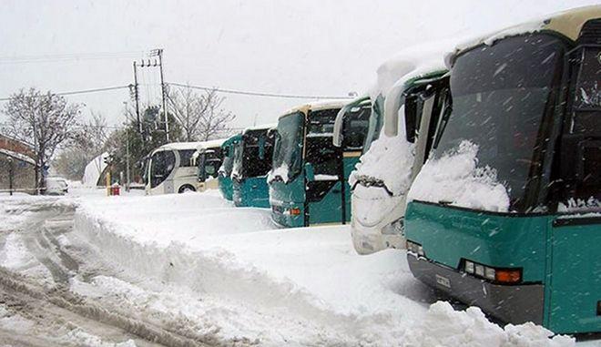 ΧΘΕΣΙΝΟΒΡΑΔΥΝΟ ΡΕΠΟΡΤΑΖ Εγκλωβισμένα δύο λεωφορεία του ΚΤΕΛ (ΒΟΝΙΤΣΑ - Αθήνα και ΑΣΤΑΚΟΣ - Αθήνα) στο ΑΙΓΙΟ λόγω του χιονιά Συγκεκριμένα, πρόκειται για λεωφορείο που εκτελεί το δρομολόγιο Βόνιτσα-Αθήνα (μέσω παραϊόνιας) και που αναχώρησε από την Βόνιτσα στις 12:30, ενώ το δεύτερο λεωφορείο εκτελεί το δρομολόγιο Αστακός- Αθήνα, με ώρα αναχώρησης από τον Αστακό 13:30.   -Οι 65 συνολικά επιβάτες των δύο λεωφορείων βρίσκονται πλέον εννέα ολόκληρες ώρες στον δρόμο και αν η κατάσταση δεν βελτιωθεί την επόμενη μία ώρα, θα χρειαστεί να διανυκτερεύσουν σε κάποιο ξενοδοχείο του Αιγίου.       Σοβαρά προβλήματα στις μετακινήσεις έχουν προκύψει τις τελευταίες ώρες λόγω της έντονης χιονόπτωσης. Η κίνηση στην Κορίνθου-Πατρών και συγκεκριμένα στο τμήμα μεταξύ Κόμβου Καλαβρύτων και Κόμβου Αιγίου διεξάγεται εδώ και ώρα με μεγάλες καθυστερήσεις ενώ  κατά διαστήματα διακόπτεται η κυκλοφορία...ΦΩΤΟ ΣΥΝΕΡΓΑΤΗΣ//XRIOMERONEWS