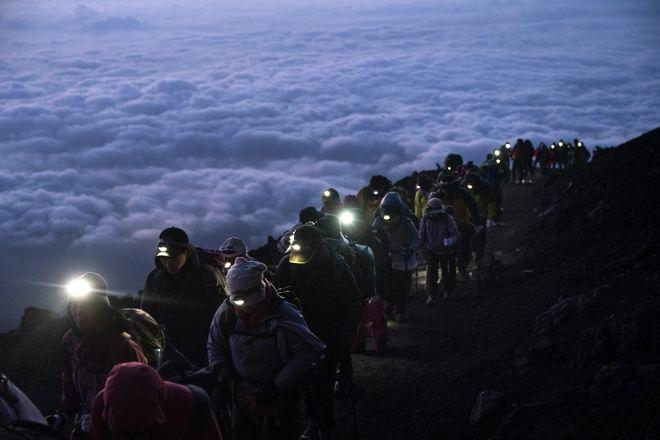 Ένα γκρουπ αναρριχητών ανεβαίνουν στην κορυφή του βουνού Fuji, της Ιαπωνίας.