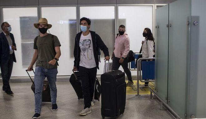 Τουρίστες από τη Μεγάλη Βρετανία φτάνουν στο αεροδρόμιο Ελ. Βενιζέλος