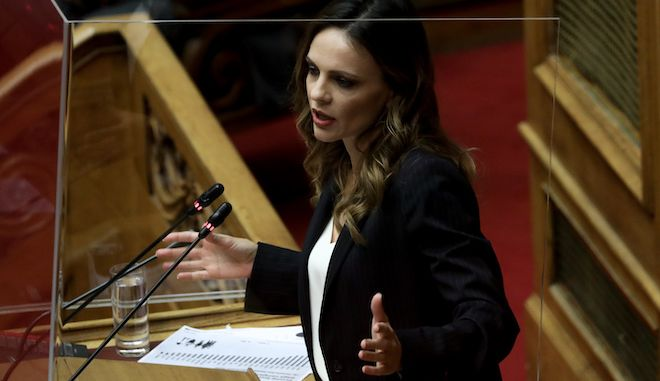 Η Έφη Αχτσιόγλου στο βήμα της Βουλής