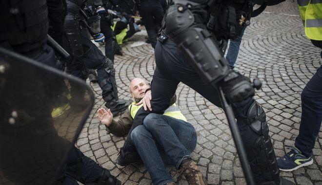 Αστυνομικοί στο Παρίσι χτυπούν διαδηλωτή