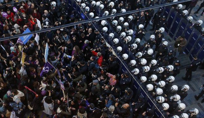 Αστυνομικές δυνάμεις και διαδηλωτές κατά της βίας εναντίον των γυναικών στην Κωνσταντινούπολη τον Νοέμβριο του 2018