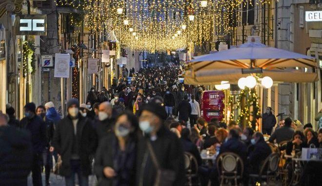 Κόσμος φορά μάσκα στην Ιταλία