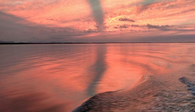 Ηλιοβασίλεμα στη λιμνοθάλασσα φεύγοντας από το κοραλλιογενές νησάκι Cayo Levisa