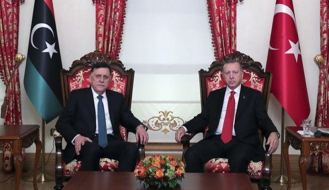 Ο πρόεδρος της Τουρκίας Ταγίπ Ερντογάν και ο επικεφαλής της λιβυκής κυβέρνησης Φάγεζ αλ-Σάρατζ.