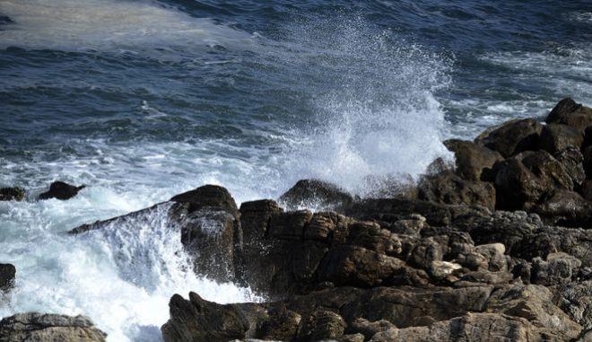 Κύματα σκάνε σε βράχια στον Κατηγιώργη του νοτίου Πηλίου