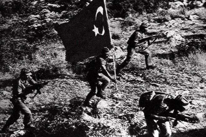 Τούρκοι στρατιώτες προχωρούν στα κυπριακά εδάφη