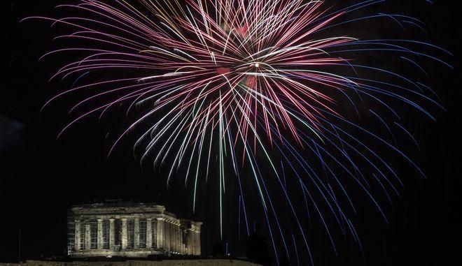 Πυροτεχνήματα πάνω από τον Παρθενώνα κατά την υποδοχή του 2021