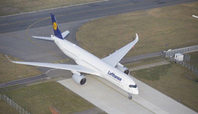 Airbus A350 der Lufthansa landet in Hamburg Fuhlsbüttel und rollt zur LHT Halle. Hamburg, den 9.2.2017