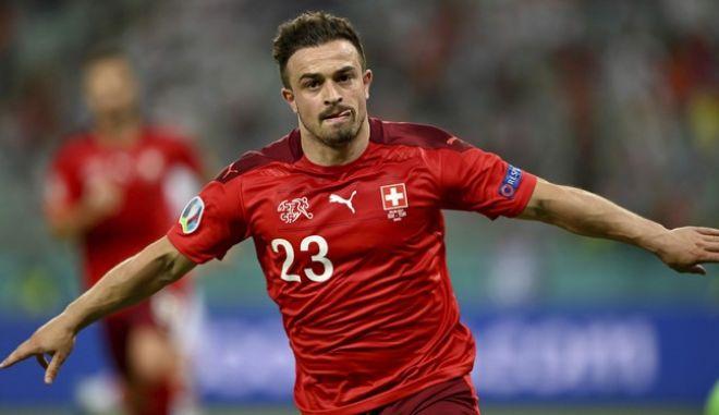 Ο Σερντάν Σακίρι πανηγυρίζει το δεύτερο προσωπικό του τέρμα στη νίκη της Ελβετίας επί της Τουρκίας στο Euro 2020