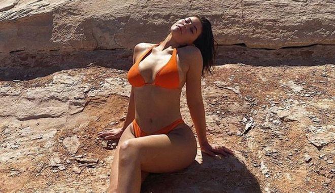 "Kylie Jenner: Οργή για τη σέξι ""COVID"" φωτογράφισή της με μπικίνι στη Γιούτα"