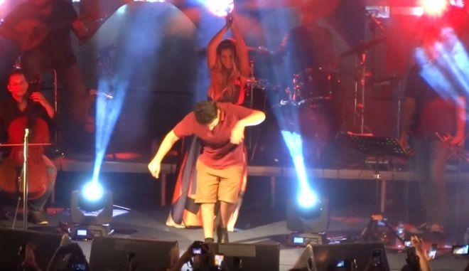 Το ζεϊμπέκικο στη συναυλία της Μποφίλιου που θα σε κάνει να υποκλιθείς