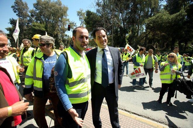 Διαμαρτυρία έξω από το υπουργείο Παραγωγικής Ανασυγκρότησης και πορεία προς τη Βουλή, ζητώντας τη συνέχιση της λειτουργίας των μεταλλείων, από  μεταλλωρύχους της Χαλκιδικής την Πέμπτη 16 Απριλίου 2015.  (EUROKINISSI/ΚΩΣΤΑΣ ΚΑΤΩΜΕΡΗΣ)
