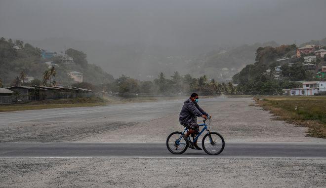 Άγιος Βικέντιος: Τέφρα καλύπτει το νησί της Καραϊβικής μετά την έκρηξη του ηφαιστείου Λα Σουφριέρ