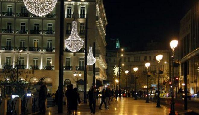 Η Αθήνα αντιστέκεται στην κρίση.Στιγμιότυπα από την νυχτερινή χριστουγεννιάτικη εικόνα της,το βράδυ της Τρίτης 13 Δεκεμβρίου 2011 (EUROKINISSI/ΓΙΩΡΓΟΣ ΚΟΝΤΑΡΙΝΗΣ)