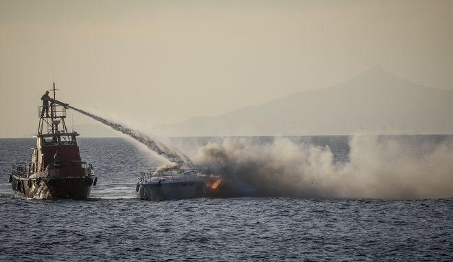 Πυροσβεστικά πλοιάριο επιχειρούν για την κατάσβεση πυρκαγιάς που εκδηλώθηκε σε σκάφος