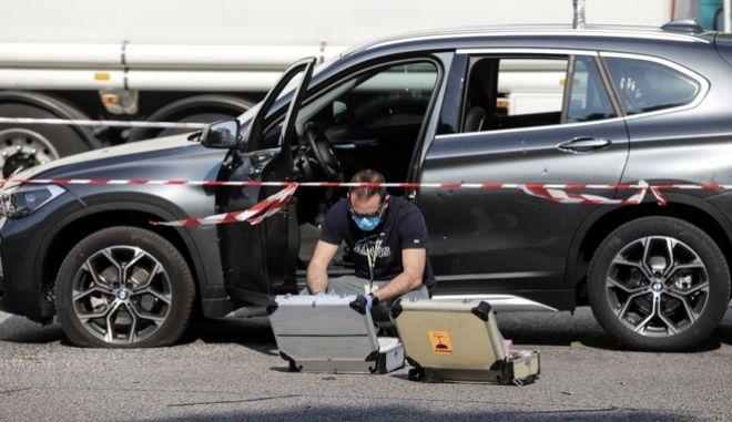 Αστυνομικός εξετάζει το αυτοκίνητο του 49χρονου επιχειρηματία στο Χαϊδάρι