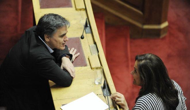 Συζήτηση  και λήψη απόφασης, στην Ολομέλεια της Βουλής, επί της προτάσεως που κατέθεσαν ο αρχηγός της Αξιωματικής Αντιπολίτευσης και Πρόεδρος της Κοινοβουλευτικής Ομάδας της ΝΕΑΣ ΔΗΜΟΚΡΑΤΙΑΣ Κυριάκος Μητσοτάκης  και οι βουλευτές του κόμματός του, για σύσταση Εξεταστικής Επιτροπής, σχετικά με τη διερεύνηση των αιτιών επιβολής τραπεζικής αργίας και κεφαλαιακών περιορισμών, υπογραφής του τρίτου Μνημονίου και ανάγκης νέας ανακεφαλαιοποίησης των πιστωτικών ιδρυμάτων, την Τρίτη 26 Ιουλίου 2016// ΣΤΗ ΦΩΤΟΓΡΑΦΙΑ Ο ΥΠΟΥΡΓΟΣ ΕΥΚΛΕΙΔΗΣ ΤΣΑΚΑΛΩΤΟΣ ΚΑΙ Η ΝΤΟΡΑ ΜΠΑΚΟΓΙΑΝΝΗ ΒΟΥΛΕΥΤΗΣ ΝΔ. (EUROKINISSI/ΜΠΟΛΑΡΗ ΤΑΤΙΑΝΑ)