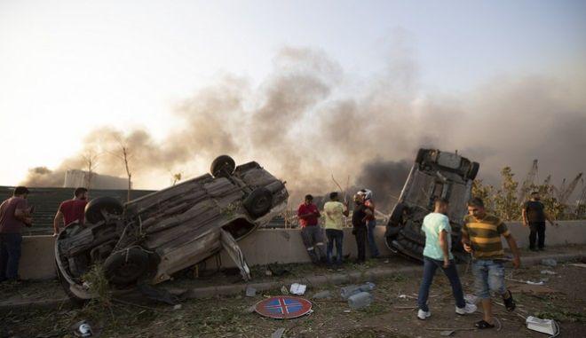 Εικόνες καταστροφής στους δρόμους της Βηρυττού μετά την έκρηξη στο λιμάνι