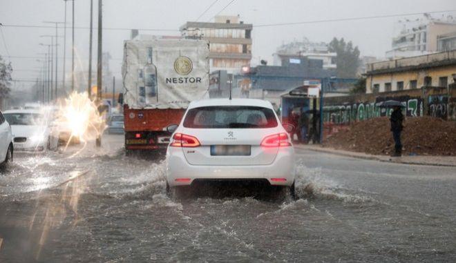 Ισχυρή βροχόπτωση στην Αττική - Έκλεισε η Λεωφόρος Πειραιώς
