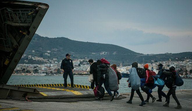 Επιβίβαση μεταναστών και προσφύγων σε πλοίο στη Μυτιλήνη (φωτογραφία αρχείου)