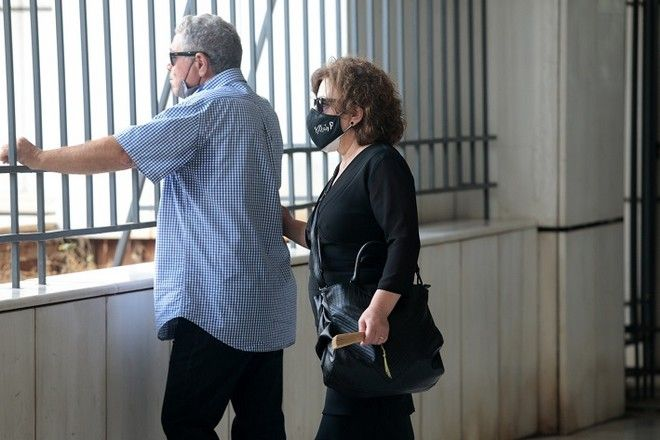 Οι γονείς του δολοφονημένου Παύλου Φύσσα, Παναγιώτης Φύσσας και Μάγδα Φύσσα, παρακολουθούν την μαζική διαδήλωση έξω από το Εφετείο Αθηνών