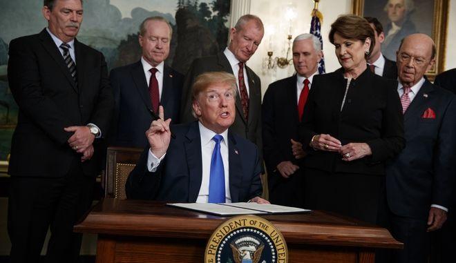 Ο Ντόναλντ Τραμπ υπογράφει τους δασμούς για τα κινεζικά προϊόντα
