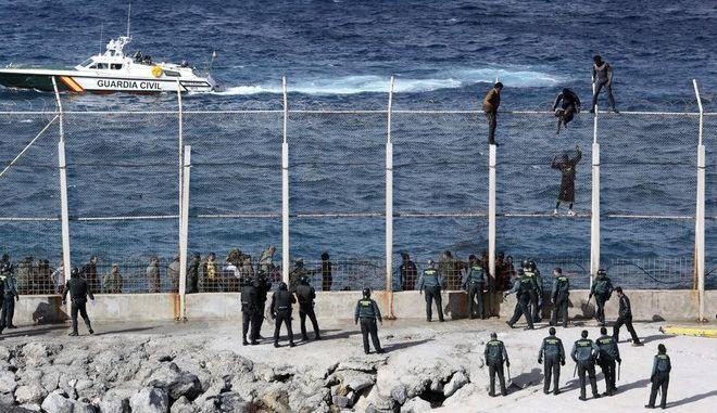 Δύο μετανάστες νεκροί, 12 τραυματίες στην προσπάθεια να φτάσουν από το Μαρόκο στην Ισπανία