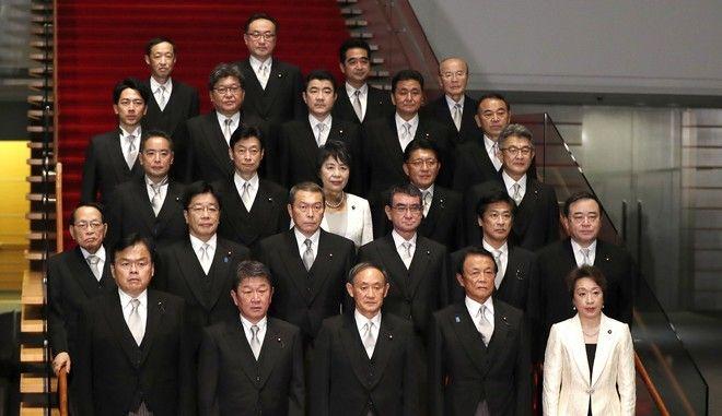 Η σύνθεση της κυβέρνησης του Γιοσιχίντε Σούγκα τον Σεπτέμβριο του 2020, με μόλις δύο γυναίκες υπουργούς.