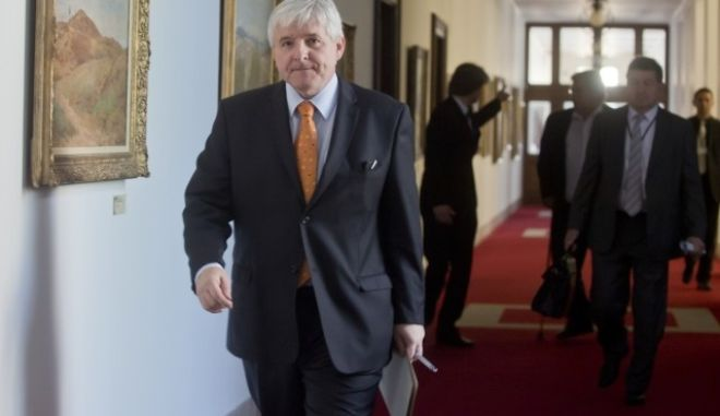 Premiér JiÅí Rusnok pÅichází 19. Äervence v Praze na mimoÅádnou schůzi vlády s Asociací krajů ÄR.