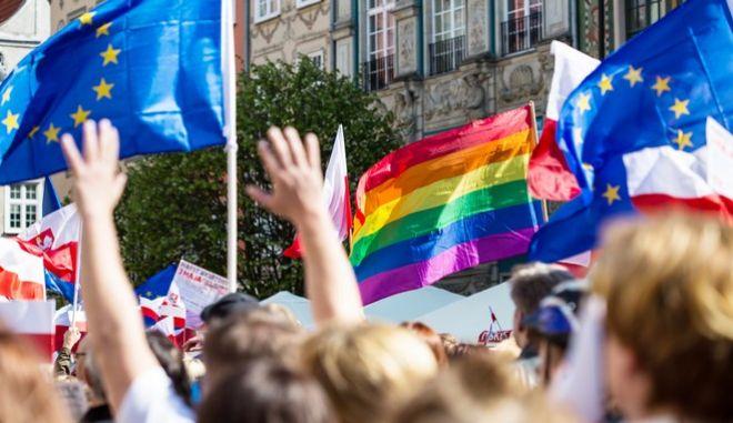 ΛΟΑΤΚΙ σημαία μαζί με σημαίες της ΕΕ