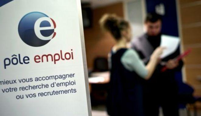 (ARCHIVES) - Photo prise le 29 février 2009, dans une agence Pôle emploi de Dijon, d'un employé conseillant un demandeur d'emploi. Le nombre de demandeurs d'emploi sans activité en France métropolitaine a augmenté de 41.300 en juillet (+1,4%), la plus forte hausse depuis plus de trois ans, pour atteindre 2,987 millions de personnes, a annoncé le 27 août 2012 le ministère du Travail.   AFP PHOTO / JEFF PACHOUD
