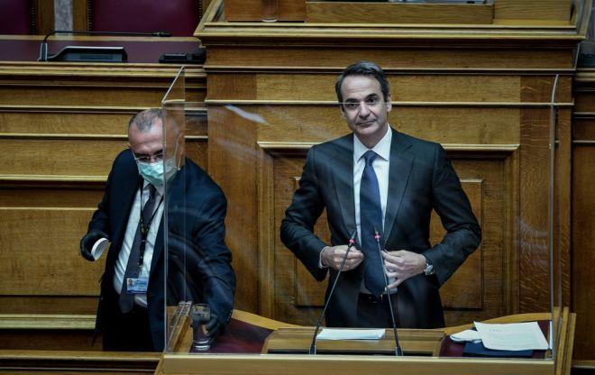 Ο Κυριάκος Μητσοτάκης πριν από την ομιλία του στη Βουλή