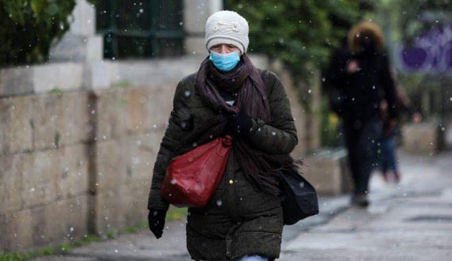 Γυναίκα με μάσκα στο κέντρο της Αθήνας