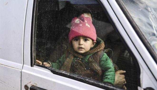 Πολίτες εκτοπίζονται από την Ιντλίμπ