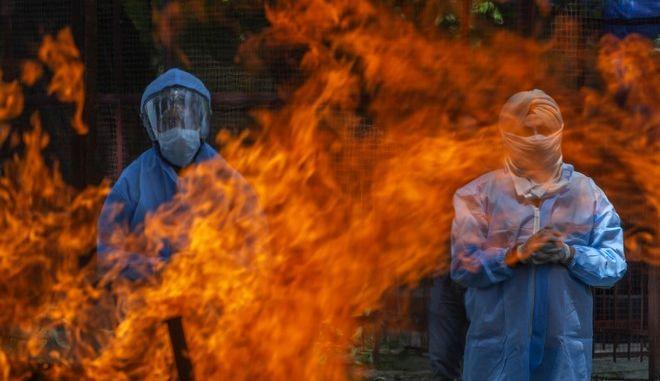 Καύση νεκρών από κορονοϊό στην Ινδία