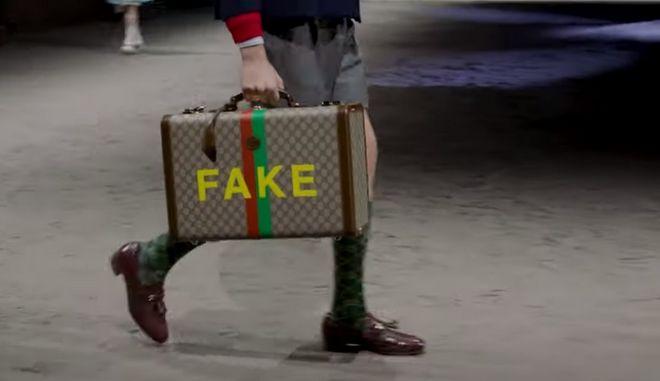 Στιγμιότυπο από την πασαρέλα του οίκου Gucci