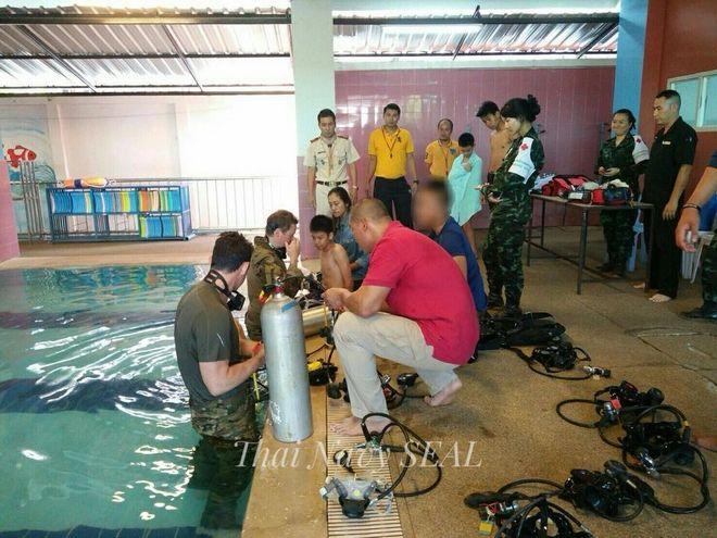 Δύτες του Πολεμικού Ναυτικού εκπαιδεύουν μικρά παιδιά σε πισίνες