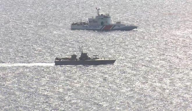Βίντεο: Ελληνικά πλοία αποτρέπουν βάρκες προσφύγων, τουρκικά τις σπρώχνουν πίσω