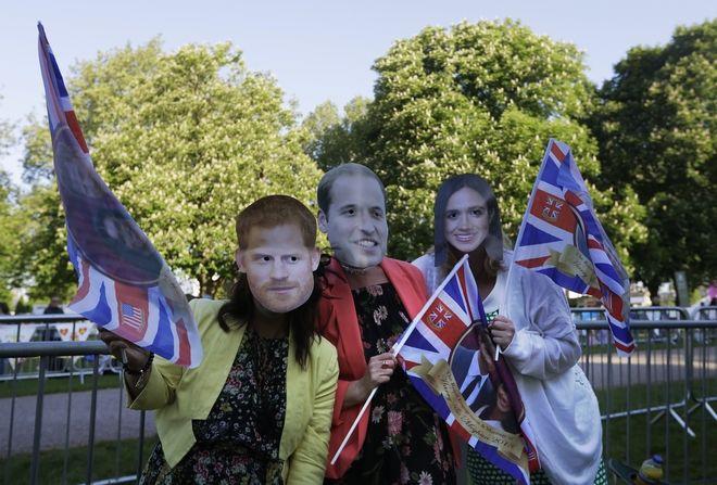 Οι φανατικοί της βασιλικής οικογένειας φορούν μάσκες των πρίγκιπα Χάρι και Γουίλιαμ, αλλά και της Μέγκαν Μάρκλ