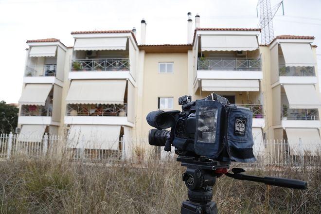 Η πολυκατοικία επί της οδού Ναυπλίου 5 στον Γέρακα, όπου 47χρονος ιερέας έπεσε θύμα άγριας δολοφονίας σε διαμέρισμα του 1ου ορόφου την Τρίτη 14 Φεβρουαρίου 2017. Ο άτυχος αρχιμανδρίτης βρέθηκε νεκρός, με τις πυτζάμες του στο κρεβάτι, δεμένος χειροπόδαρα και φιμωμένος. Το διαμέρισμα έφερε έντονα ίχνη έρευνας, ειδικά τα κομοδίνο και ένα σκρίνιο από το οποίοι έλειπαν όλα τα ιερατικά σκεύη, σταυροί και κοσμήματα αξίας, ενώ ενδεχομένως είχαν αφαιρεθεί και χρήματα από το σπίτι. (EUROKINISSI/ΣΤΕΛΙΟΣ ΜΙΣΙΝΑΣ)