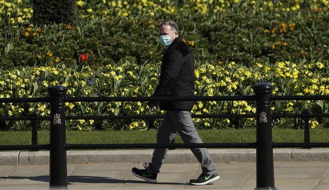 Άνθρωπος περπατάει στην Αγγλία