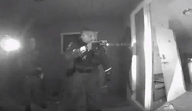 Στιγμιότυπο από την επιχείρηση της αστυνομίας στο σπίτι του άρρωστου παιδιού