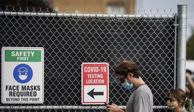 Πολίτες αναμένουν για τεστ κορονοϊού στις ΗΠΑ