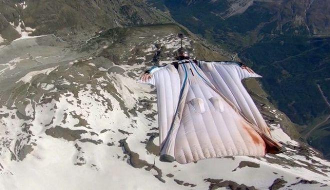 Βίντεο που κόβει την ανάσα: Ελεύθερη πτώση πάνω απ' τα βουνά της Ελβετίας