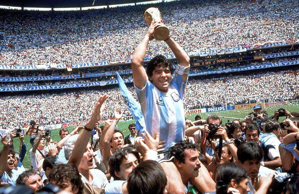 Ο Ντιέγο Μαραντόνα με το Παγκόσμιο Κύπελλο στα χέρια, μετά τον τελικό με τη Δυτική Γερμανία (29/6/1986).