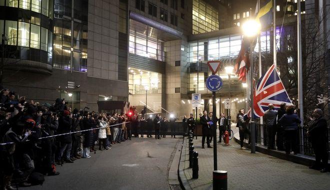 Η σημαία της Βρετανίας  απομακρύνεται από το εξωτερικό του Ευρωπαϊκού Κοινοβουλίου στις Βρυξέλλες, την Παρασκευή 31 Ιανουαρίου 2020