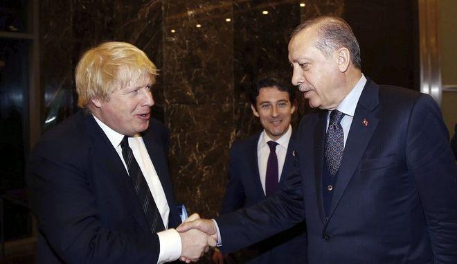 Ο Βρετανός πρωθυπουργός Μπόρις Τζόνσον και ο Τούρκος πρόεδρος Ρετζέπ Ταγίπ Ερντογάν σε συνάντησή τους στην Αττάλεια τον Μάρτιο του 2017